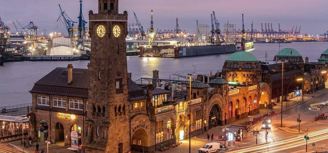 Port Clock Tower Hamburg  - KarstenBergmann / Pixabay
